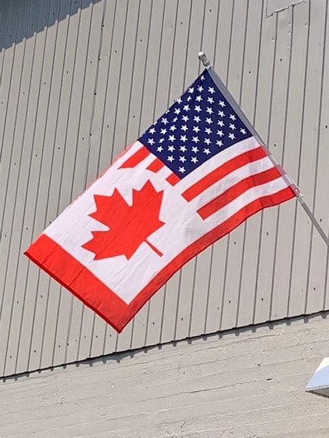 Drapeau Canada-USA à Stanstead dans les Cantons de l'Est LM Le Québec