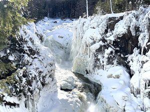Read more about the article Parc des Chutes Dorwin en hiver et en photos