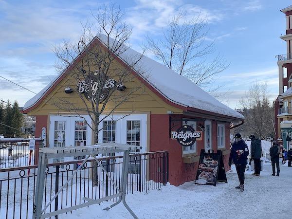 Devant la Place des Voyageurs LM Le Québec