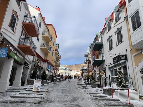 Rue des remparts vers la Place Saint Bernard a Mont Tremblant LM Le Québec