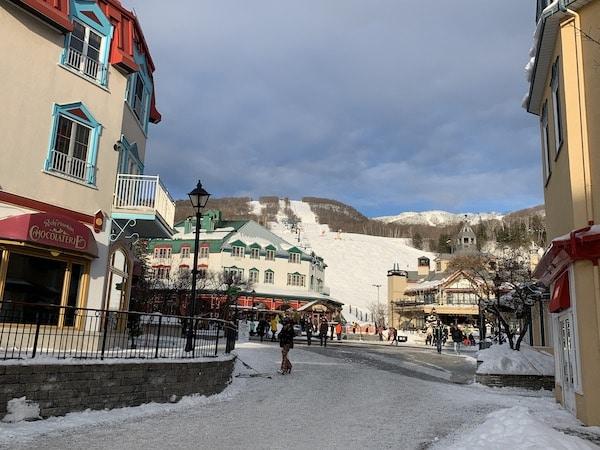 Vue de la Place Saint Bernard et des pistes de ski a Mont Tremblant LM Le Québec