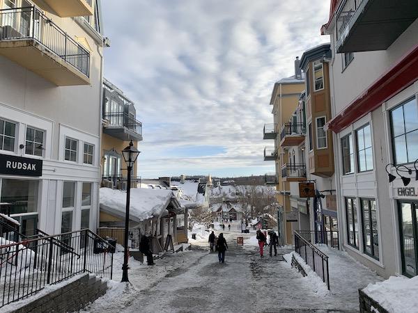 Vue de la rue des remparts vers le Vieux Tremblant LM Le Québec