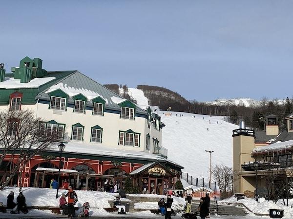 Vue sur les pistes de ski de la place Saint Bernard au Mont Tremblant LM Le Québec