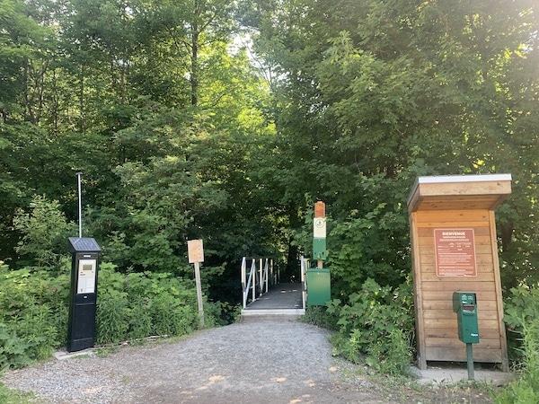 Entree au sentier Le Ruisseau des Chenes LM Le Québec