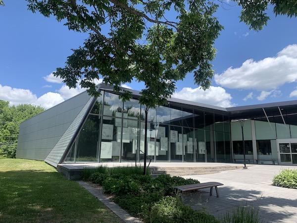 Facade du musee Bombardier LM Le Québec