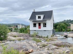 La petite maison blanche a Chicoutimi LM Le Québec